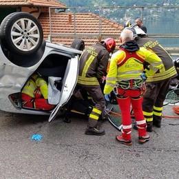 Laglio, incidente sulla Regina Auto si ribalta: resta incastrato