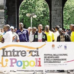 """Como è senza confini  Il mondo sfila in città  per """"Intrecci di popoli"""""""