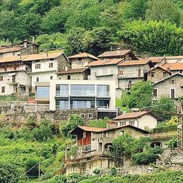Domaso, casa di cemento e  vetrate   «È uno sfregio all'antico borgo»