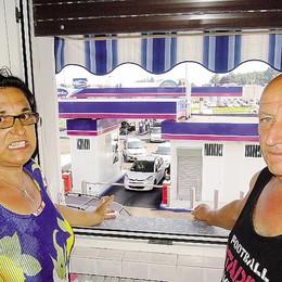 Vertemate, distributore sotto casa  «La vita che puzza di benzina»
