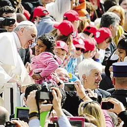 Il Papa saluta i ragazzi dell'oratorio  Sbaglia accento di Monte Olimpino