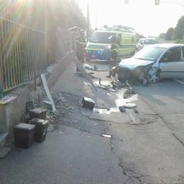 Auto contro la recinzione  Un ferito grave a Lomazzo