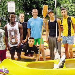 In canoa per scordare  il carcere  I ragazzi con Antonio Rossi