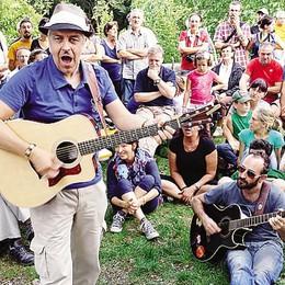 Van de Sfroos e il festival-tour    Duemila fan alla  tappa di Torno