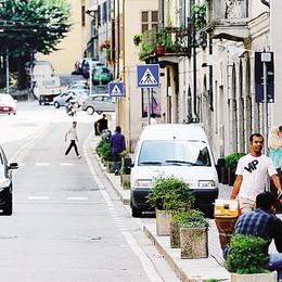 Via Milano multietnica  «Ci  servono posteggi»
