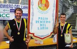 Gianni e Domenico Gelpi alla fine della gara, con il trofeo e il gonfalone
