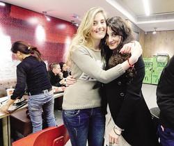 Greta Ramelli, a sinistra e Vanessa Marzullo  in una foto prima di partire per la SiriaSotto: ancora le due cooperanti nel corso di una manifestazione a Milano per fermare la guerra in Siria