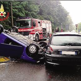 Incidente a Casnate  Auto si ribalta, conducente illeso