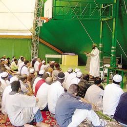 Islamici in preghiera in Brianza  La Lega vuole schedare gli imam