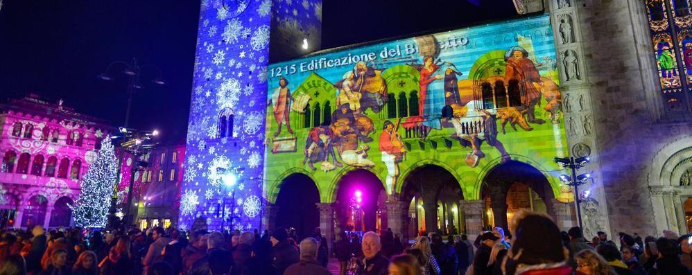 Folla in piazza Duomo per la proiezione 3D (Guarda il video)