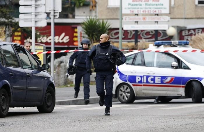 Sparatoria a sud Parigi,morta poliziotta