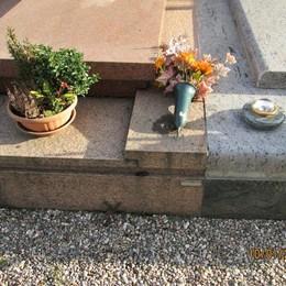 Limido, raid nel cimitero  Rubati i porta fiori