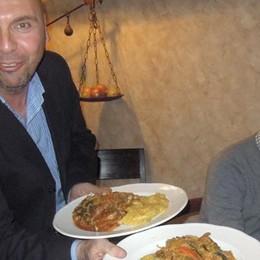 Cantù, il sindaco ai tavoli  serve piatti di cazoeula