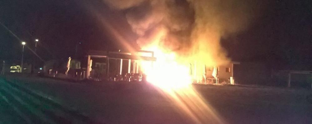 Bregnano, chiosco in fiamme  Incendio probabilmente doloso