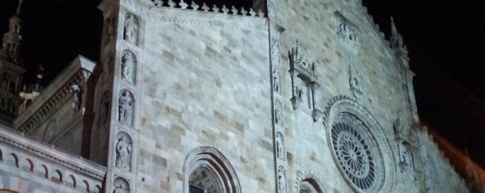Finalmente il Duomo torna a splendere:   facciata illuminata