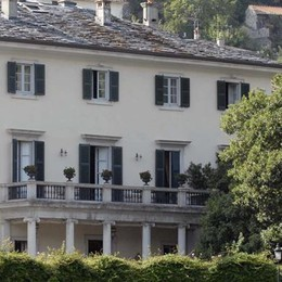 Rifiuti fuori dalla villa di Clooney  «Ora basta, multe pesanti agli incivili»
