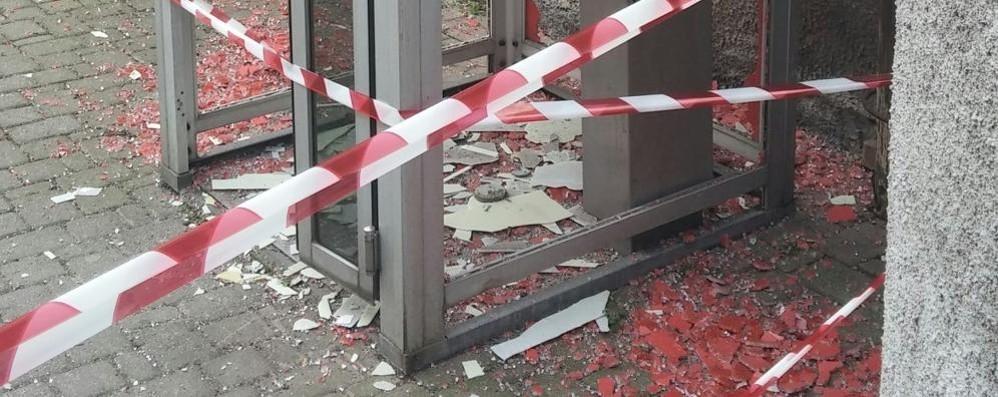 """Il """"bombarolo"""" è ritornato  Cabina telefonica distrutta"""