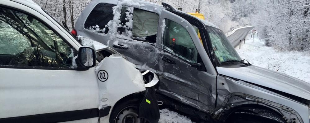 Scontro tra jeep e furgone Due feriti in via per Alzate