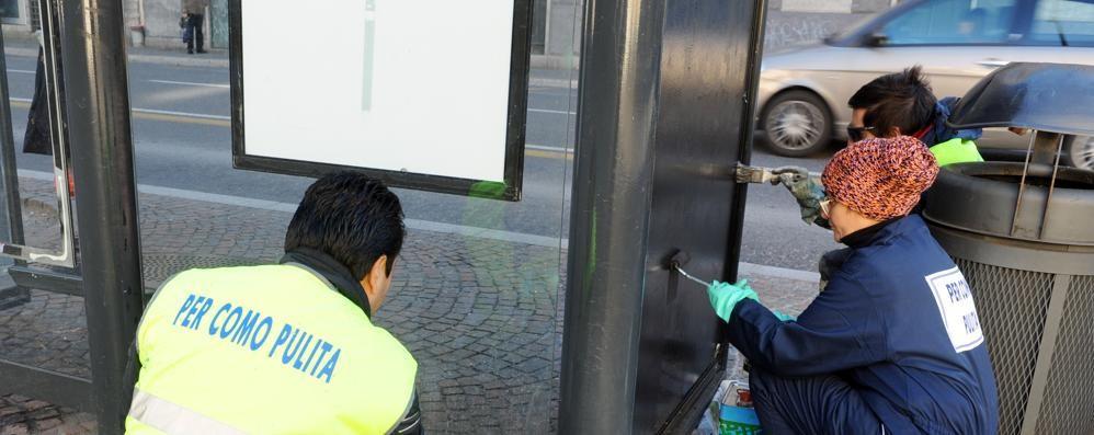 I volontari a Porta Torre  Via scritte e sporcizia