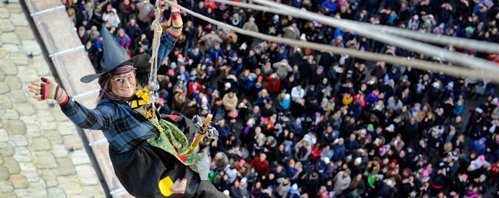 """La Befana """"atterra"""" in città  A migliaia in piazza Duomo"""