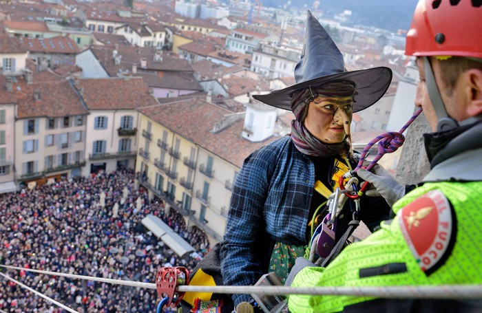 Como la befana della città dei Balocchi calata in piazza Duomo dal Broletto