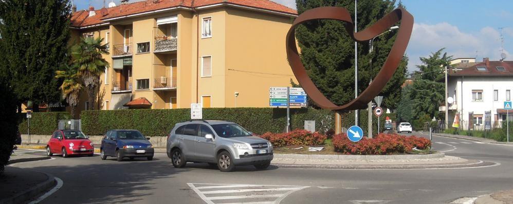 Cantù, la urta in bici e la deruba  Poi scappa con 300 euro