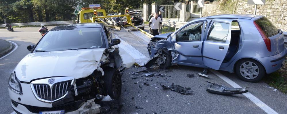 """Como, frontale sulla """"Cappelletta"""": auto distrutte e due feriti"""