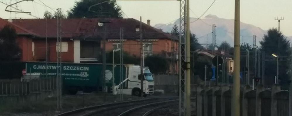 Lomazzo, il camion ha fretta  Incastrato sotto la sbarra