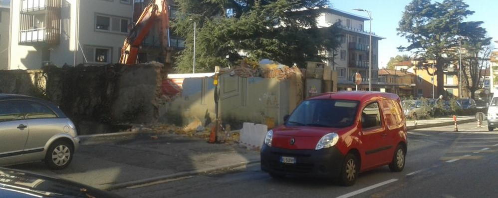 Como, giù la cabina Enel  Traffico a rilento in Canturina
