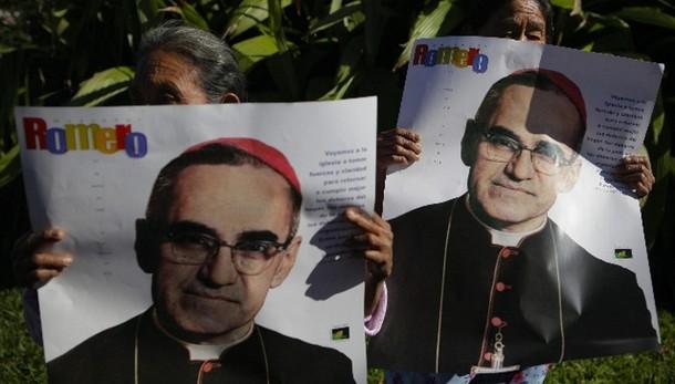 Papa:vescovi diffamato Romero dopo morto