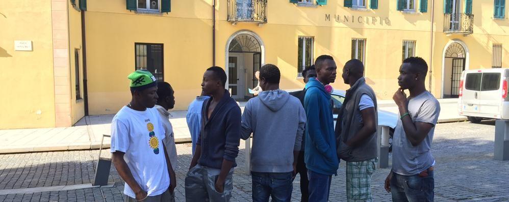 Erba, protesta dei profughi in municipio  «Nessuno si prende cura di noi»