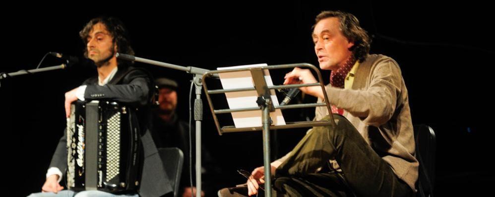 I Sulutumana e lo scrittore Andrea Vitali sul palco del San Teodoro di Cantù