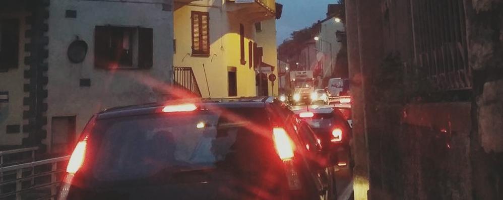 Asfalto notturno sulla Regina a Colonno.   Traffico deviato in Val d'Intelvi