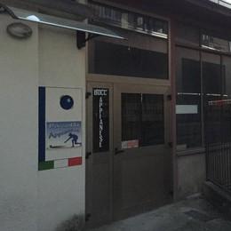 Il bocciodromo di Appiano cade a pezzi  «Lavori urgenti contro il rischio neve»