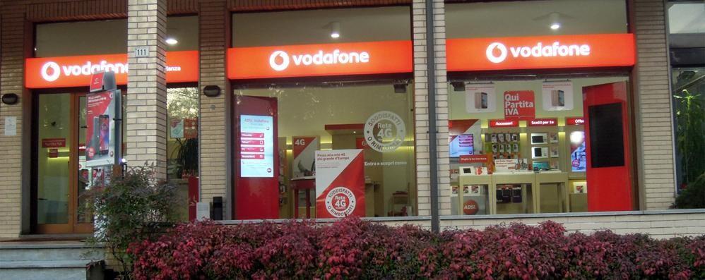 Colpo all'alba alla Vodafone di Alzate  Tre incappucciati, via con 40 telefoni