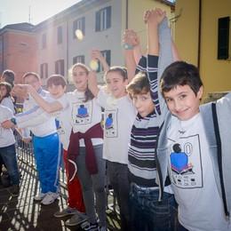 Como la scuola di via Brambilla compie 100 anni e gli alunni abbraciano l'edificio