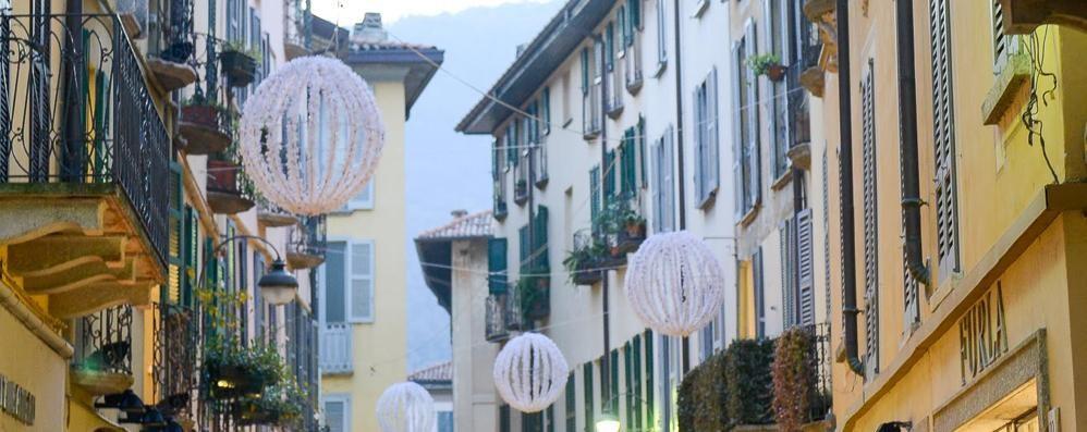 Pista in piazza   e luminarie  A Como è già Natale