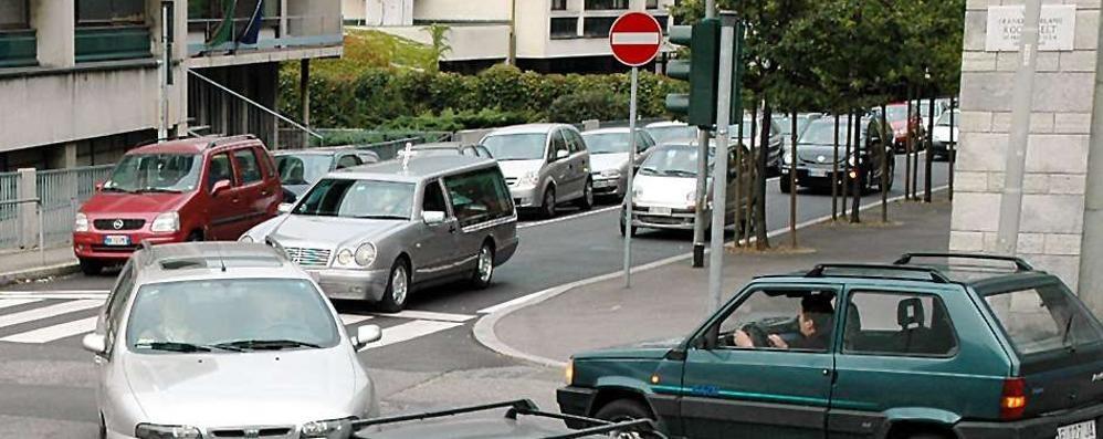 In tilt il semaforo davanti alla Questura