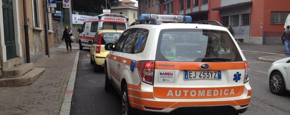 Cade dalla moto in piazza Parini  Ferito un dipendente comunale