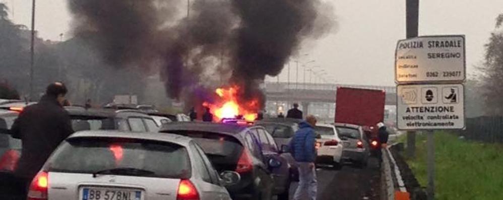 Auto in fiamme sulla Valassina  Caos anche ad Arosio