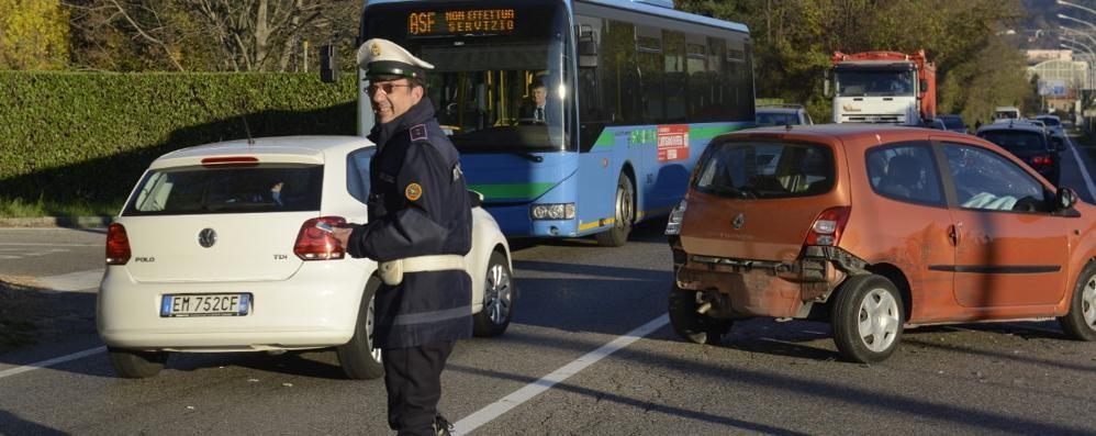 Incidente in via Cecilio  Quattro auto coinvolte
