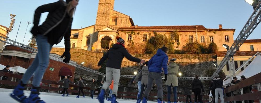Anticipo di Natale fra strenne e fiabe  E la pista di pattinaggio fa già il pieno