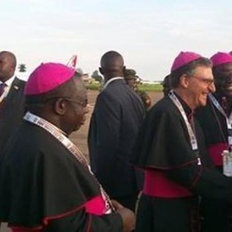 Papa Francesco e il vescovo di Turate  Quel caloroso abbraccio in Uganda