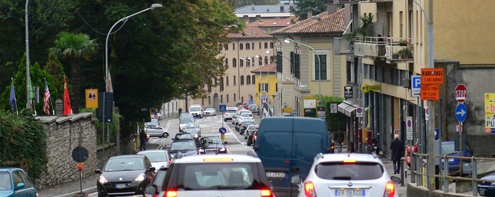 Si asfalta via Borgovico, di notte chiusa e di giorno a 30 km orari fino a sabato