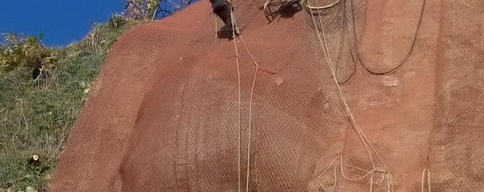 Via per Civiglio riaperta  Lo spettacolare intervento  dei rocciatori