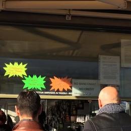 """Solo contanti ai bar """"turistici""""  Rifiutano bancomat e carte"""