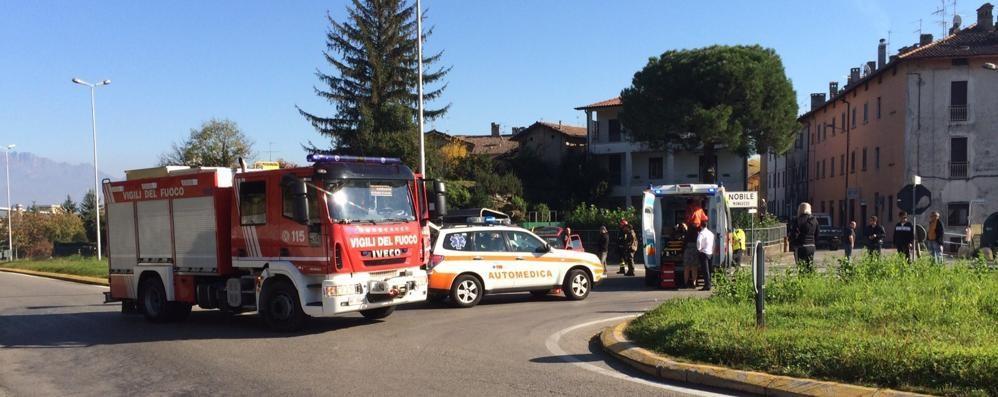 Scontro tra due auto  Otto coinvolti a Monguzzo
