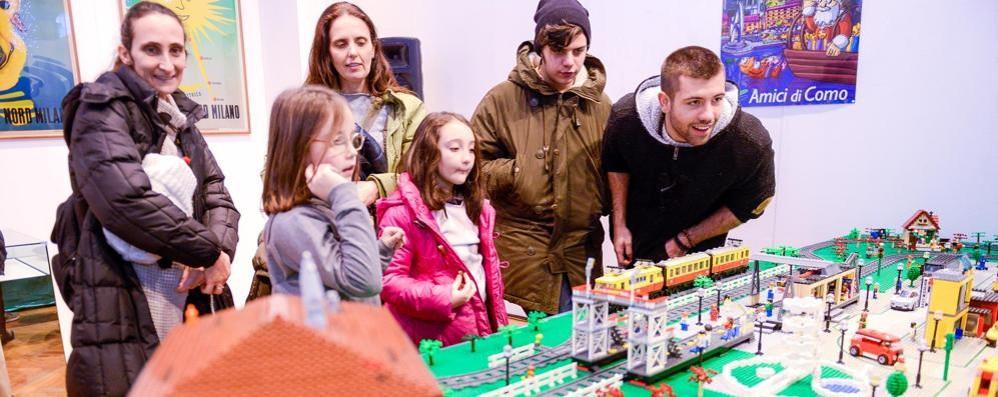 I trenini fatti con i mattoncini Lego  in mostra al Broletto