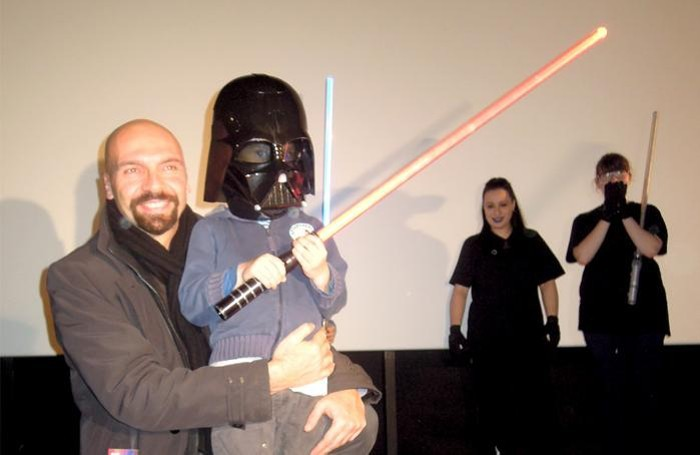 Bizzozero con uno dei figli e la maschera ricevuta in dono