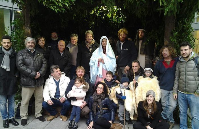 Foto di gruppo davanti al presepe